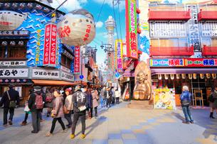 大阪新世界の飲食店と通天閣の写真素材 [FYI01805544]
