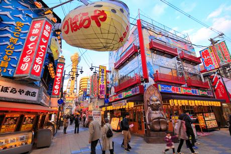 大阪新世界の飲食店街と夕日に染まる通天閣の写真素材 [FYI01805551]
