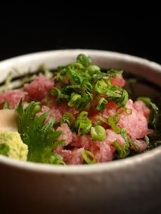 和食 とろけるネギトロ丼の写真素材 [FYI01805575]