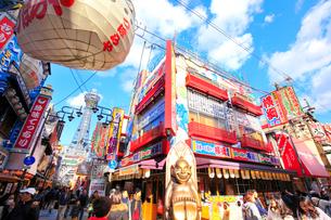 大阪新世界の飲食店と通天閣の写真素材 [FYI01805590]