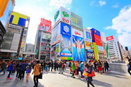 大阪道頓堀の商業ビルと戎橋を行き交う人の写真素材 [FYI01805598]