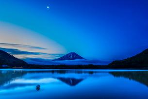 精進湖と富士山の写真素材 [FYI01805602]