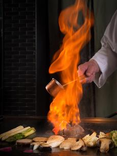 洋食 鉄板焼き 黒毛但馬産太田牛フィレ肉のステーキ 調理風景の写真素材 [FYI01805622]