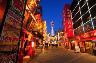 大阪新世界の飲食店街とライトアップされた通天閣の写真素材 [FYI01805637]