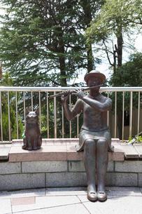 北野異人館街の彫刻 「晴れた日に永遠が見える 」の写真素材 [FYI01805641]