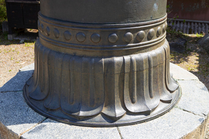 金峯山寺 銅の鳥居の亀腹の写真素材 [FYI01805650]