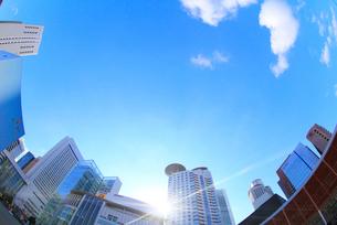 大阪梅田の高層ビル群と太陽の光芒の写真素材 [FYI01805653]
