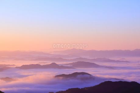 大江山から望む雲海の山並みと夜明けの空の写真素材 [FYI01805665]