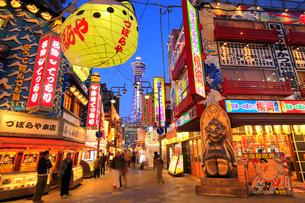 大阪新世界の飲食店街とライトアップされた通天閣の写真素材 [FYI01805672]