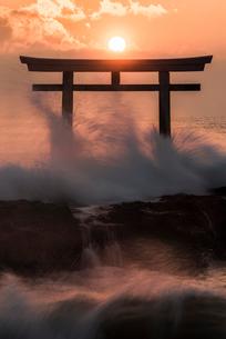 夜明けの鳥居と海の写真素材 [FYI01805756]