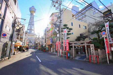 新世界稲荷神社と通天閣の写真素材 [FYI01805764]