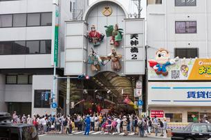 天神祭の日の天神橋筋商店街の写真素材 [FYI01805790]