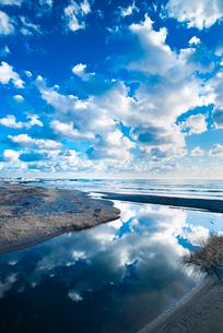 青い空と雲と水面への映り込みの写真素材 [FYI01805801]
