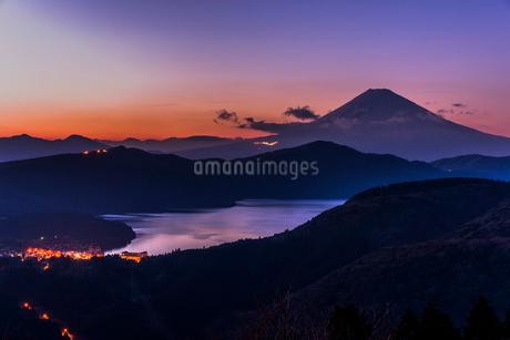 大観山からの富士山と芦ノ湖 夕景の写真素材 [FYI01805827]