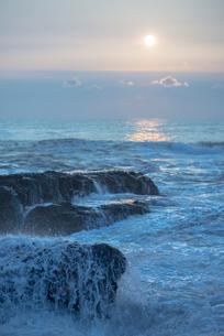 日の出と波しぶきの写真素材 [FYI01805841]