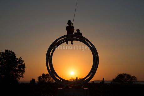 霞ケ浦総合公園の朝日とモニュメントの写真素材 [FYI01805916]