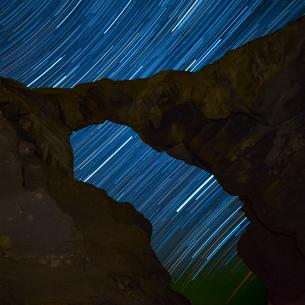 岩の間からみえる星の光跡の写真素材 [FYI01805928]