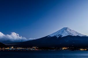 河口湖からみた富士山の写真素材 [FYI01805938]