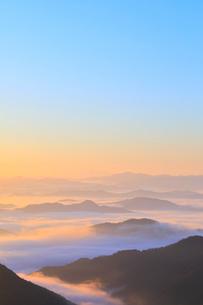 大江山から望む雲海の山並みと夜明けの空の写真素材 [FYI01805940]
