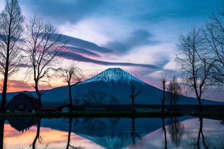 朝焼けと富士山と逆さ富士の写真素材 [FYI01805978]