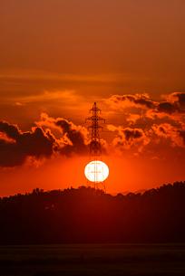 夕日と鉄塔の写真素材 [FYI01805989]