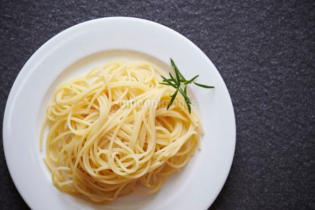 ローズマリーと茹でたスパゲッティの写真素材 [FYI01806074]