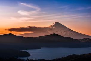 大観山からの富士山と芦ノ湖 夕景の写真素材 [FYI01806100]