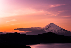 大観山からの富士山と芦ノ湖 夕景の写真素材 [FYI01806133]