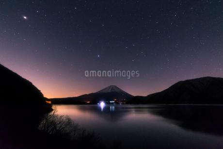 本栖湖からの富士山夜景の写真素材 [FYI01806145]