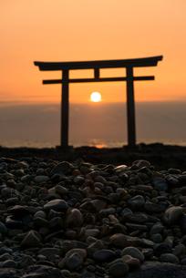 神磯の鳥居と日の出の写真素材 [FYI01806153]