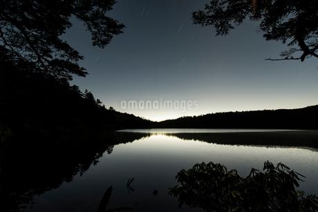白駒池の夜明けの写真素材 [FYI01806175]