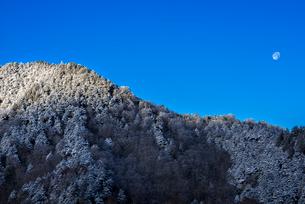 青空と霧氷の山の写真素材 [FYI01806204]