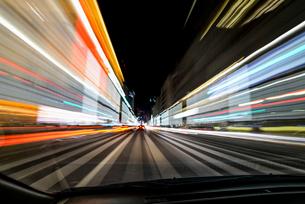 自動車車内からの長時間露光の写真素材 [FYI01806207]