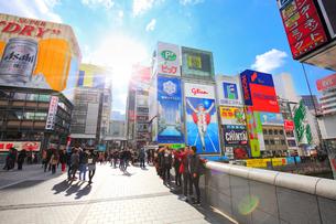 大阪道頓堀の商業ビルと戎橋を行き交う人の写真素材 [FYI01806234]