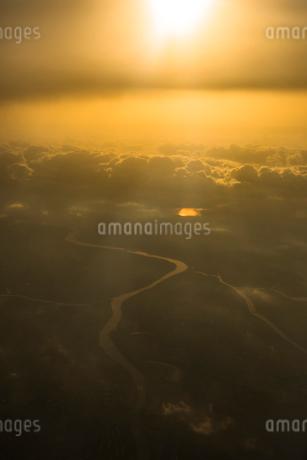 空撮 朝日と川の写真素材 [FYI01806305]