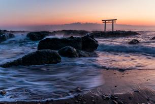 夜明けの鳥居と海の写真素材 [FYI01806388]