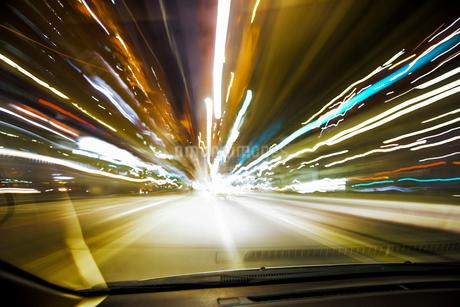 自動車車内からの長時間露光の写真素材 [FYI01806436]