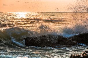 夜明けの波しぶきの写真素材 [FYI01806452]