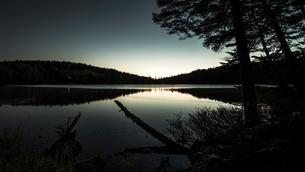 白駒池の夜明けの写真素材 [FYI01806480]