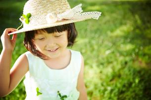 帽子をおさえる女の子の写真素材 [FYI01806509]