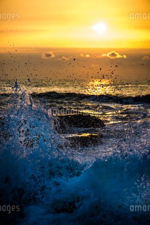 日の出と波しぶきの写真素材 [FYI01806531]