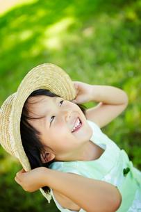 帽子をおさえる女の子の写真素材 [FYI01806570]