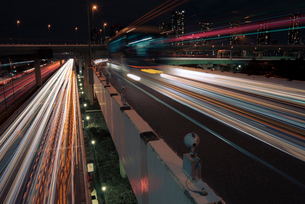 首都高速の夜景 自動車の光跡の写真素材 [FYI01806600]