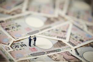 一万円札とビジネスマンの写真素材 [FYI01806670]