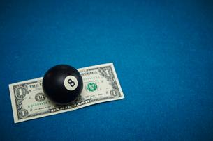 ビリヤードボールとアメリカドル紙幣の写真素材 [FYI01806705]
