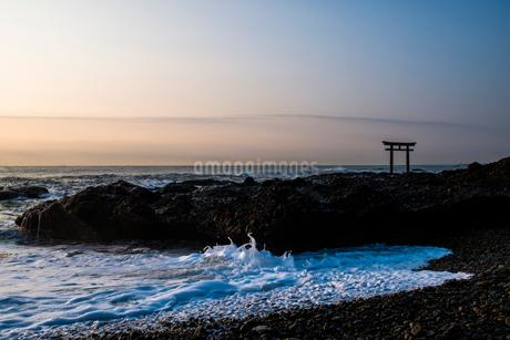 神磯の鳥居と日の出の写真素材 [FYI01806849]