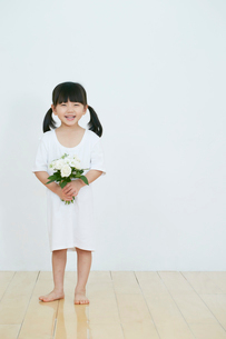 花を持つ女の子の写真素材 [FYI01807148]