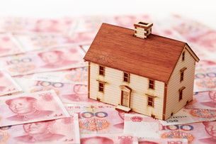 中国人民元紙幣と家の模型の写真素材 [FYI01807312]