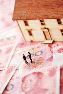 中国人民元紙幣と家の模型とミニチュアの写真素材 [FYI01807323]