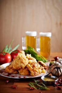 フライドチキンとビールの写真素材 [FYI01807414]